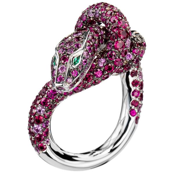 Кольцо Boucheron Animals Kaa, белое золото, рубины, сапфиры, бриллианты